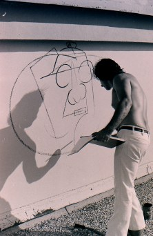 La Plaza de Cultura y Artes and California Historical Society. Murales Rebeldes: Contested Chicana/o Public Art. Roberto Chavez at work on The Path to Knowledge and the False University, East Los Angeles College. Photo: Manuel Delgadillo.