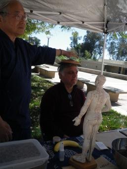 Mikio Kawasaki presenting art and healing demonstrations with moxibustion1 (2)