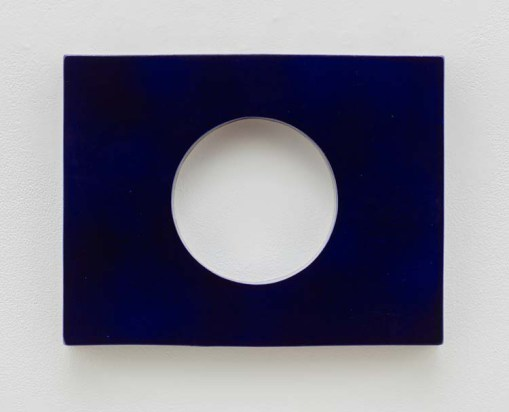 Mai-Thu Perret Stand a flower in a lapis lazuli vase, 2017. Photo Courtesy of David Kordansky Gallery.